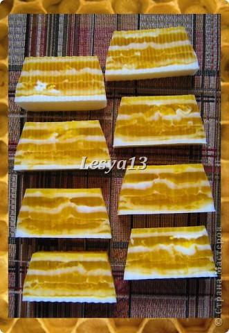 <b>Мед</b> - это не только пища и здоровье, но и красота. Мёд - сложный продукт, в состав которого входит очень много элементов: глюкоза, фруктоза, сахароза, белковые вещества, органические кислоты, витамины. Он содержит также соли фосфора, железа и натрия, кальция, калия, а также другие макро- и микроэлементы. Наличие в мёде алюминия определяет его противовоспалительное, вяжущее действие, бор способствует правильному делению клеток, железо - нормальному функционированию тканей, клеток и организма в целом. Мёд улучшает клеточное дыхание, стимулирует функцию нервной системы, секрецию желёз. За счёт того, что мёд обладает способностью легко проникать через поры, даже при наружном применении его в косметических целях он не только положительно влияет на кожу, но и несёт свои целебные свойства всему организму. Медовые маски смягчают и питают кожу, повышают ее тонус.  фото 6