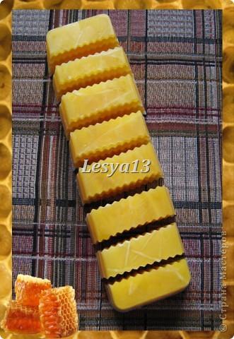 <b>Мед</b> - это не только пища и здоровье, но и красота. Мёд - сложный продукт, в состав которого входит очень много элементов: глюкоза, фруктоза, сахароза, белковые вещества, органические кислоты, витамины. Он содержит также соли фосфора, железа и натрия, кальция, калия, а также другие макро- и микроэлементы. Наличие в мёде алюминия определяет его противовоспалительное, вяжущее действие, бор способствует правильному делению клеток, железо - нормальному функционированию тканей, клеток и организма в целом. Мёд улучшает клеточное дыхание, стимулирует функцию нервной системы, секрецию желёз. За счёт того, что мёд обладает способностью легко проникать через поры, даже при наружном применении его в косметических целях он не только положительно влияет на кожу, но и несёт свои целебные свойства всему организму. Медовые маски смягчают и питают кожу, повышают ее тонус.  фото 7