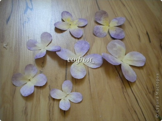 Нанизав такие лепестки, должен получится такой цветок. фото 8