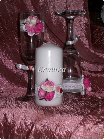 Тут все легко и просто))) Берутся готовые цветы для скрапа и ленты), к бокалам цветы приклеиваются на горячий клей, а к свечам с помощью накаленных булавок! фото 2