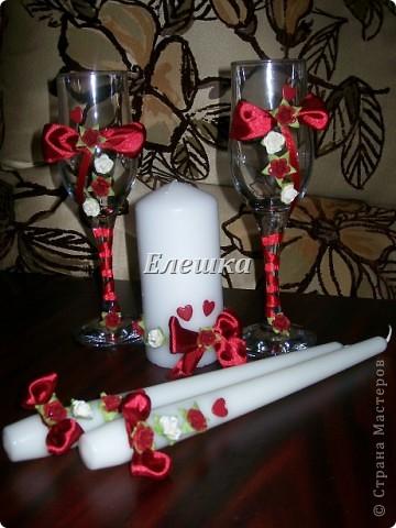 Тут все легко и просто))) Берутся готовые цветы для скрапа и ленты), к бокалам цветы приклеиваются на горячий клей, а к свечам с помощью накаленных булавок! фото 1