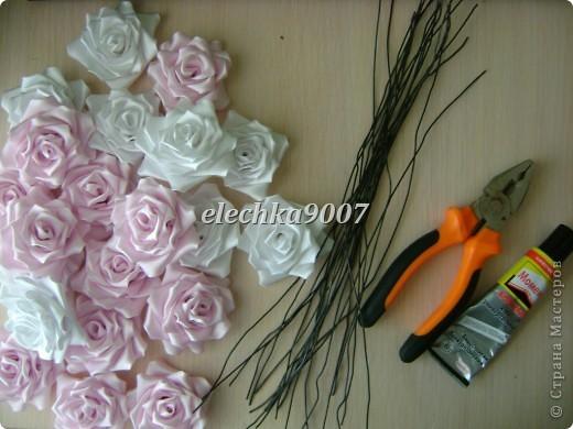 нам понадобится: -готовые цветы (у нас это розы) - проволока (вязальная лучше, ее как не гни, она не ломается!) - клей - кусачки - ткань или сетка - ленты - косая бейка фото 1