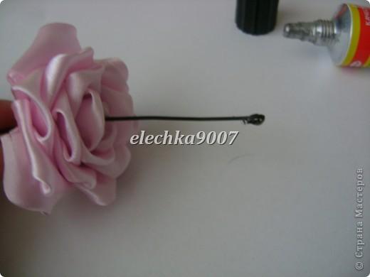 нам понадобится: -готовые цветы (у нас это розы) - проволока (вязальная лучше, ее как не гни, она не ломается!) - клей - кусачки - ткань или сетка - ленты - косая бейка фото 3