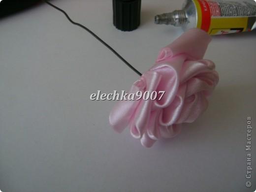 нам понадобится: -готовые цветы (у нас это розы) - проволока (вязальная лучше, ее как не гни, она не ломается!) - клей - кусачки - ткань или сетка - ленты - косая бейка фото 4