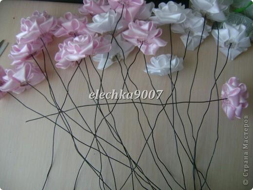 нам понадобится: -готовые цветы (у нас это розы) - проволока (вязальная лучше, ее как не гни, она не ломается!) - клей - кусачки - ткань или сетка - ленты - косая бейка фото 5