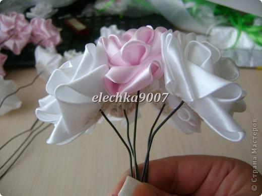 нам понадобится: -готовые цветы (у нас это розы) - проволока (вязальная лучше, ее как не гни, она не ломается!) - клей - кусачки - ткань или сетка - ленты - косая бейка фото 6
