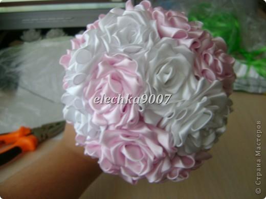 нам понадобится: -готовые цветы (у нас это розы) - проволока (вязальная лучше, ее как не гни, она не ломается!) - клей - кусачки - ткань или сетка - ленты - косая бейка фото 8