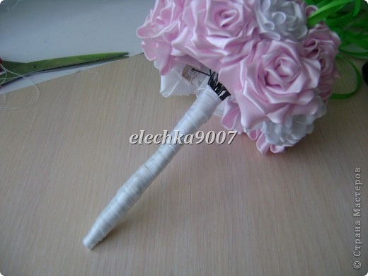 нам понадобится: -готовые цветы (у нас это розы) - проволока (вязальная лучше, ее как не гни, она не ломается!) - клей - кусачки - ткань или сетка - ленты - косая бейка фото 12