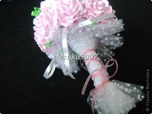 нам понадобится: -готовые цветы (у нас это розы) - проволока (вязальная лучше, ее как не гни, она не ломается!) - клей - кусачки - ткань или сетка - ленты - косая бейка фото 14