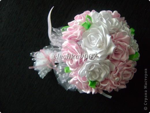 нам понадобится: -готовые цветы (у нас это розы) - проволока (вязальная лучше, ее как не гни, она не ломается!) - клей - кусачки - ткань или сетка - ленты - косая бейка фото 15