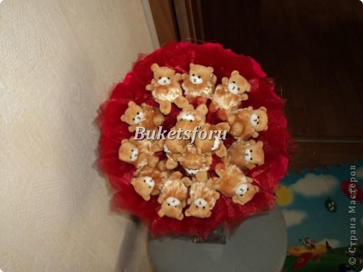 В букете 21 плюшевый медвежонок, флористические материалы. фото 2