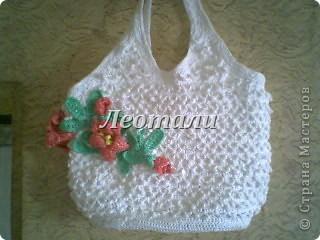 Белая сумка с лилиями из мусорных пакетов  фото 1