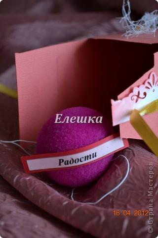 Вот такой радостный и разноцветный тортик родился у меня для подарка на ДР... Бывшая одноклассница  попросила, что-то не ординарное. Я излазила интернет и наткнулась вот на это творение http://vk.com/feed?section=photos&z=photo-38236220_282647777%2Ffeed1_29105029_1336846100 . ВДОХНОВИЛАСЬ, переработала идею и сотворила) 12 кусочков - 12 пожеланий... фото 4