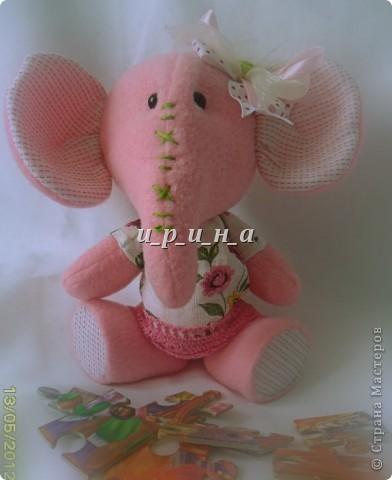 Где баобабы  Вышли на склон,  Жил на поляне  Розовый слон.  Много весёлых  Было в нём сил,  Скучную обувь  Он не носил.  Был он снаружи  Чуть мешковат,  Добрые уши, Ласковый взгляд. фото 5