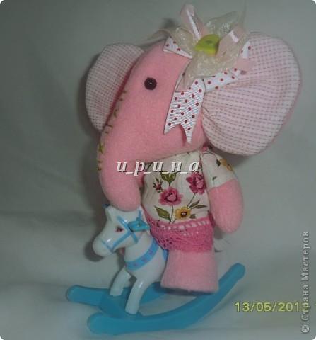 Где баобабы  Вышли на склон,  Жил на поляне  Розовый слон.  Много весёлых  Было в нём сил,  Скучную обувь  Он не носил.  Был он снаружи  Чуть мешковат,  Добрые уши, Ласковый взгляд. фото 4