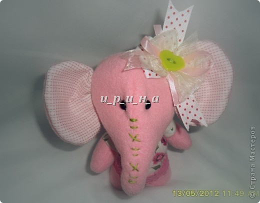 Где баобабы  Вышли на склон,  Жил на поляне  Розовый слон.  Много весёлых  Было в нём сил,  Скучную обувь  Он не носил.  Был он снаружи  Чуть мешковат,  Добрые уши, Ласковый взгляд. фото 2
