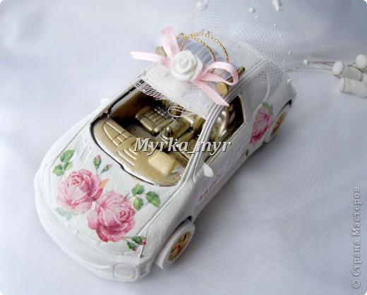 Идею машинки я подсмотрела на нашем сайте. Автор нашелся! Идея от Ловлю-улыбку http://stranamasterov.ru/node/332530  Машинка сделана  в технике декупаж, для свадебного торта. фото 8