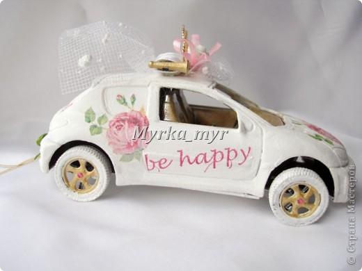 Идею машинки я подсмотрела на нашем сайте. Автор нашелся! Идея от Ловлю-улыбку http://stranamasterov.ru/node/332530  Машинка сделана  в технике декупаж, для свадебного торта. фото 2
