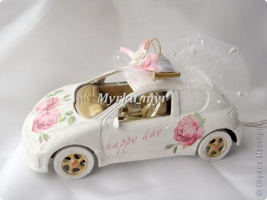 Идею машинки я подсмотрела на нашем сайте. Автор нашелся! Идея от Ловлю-улыбку http://stranamasterov.ru/node/332530  Машинка сделана  в технике декупаж, для свадебного торта. фото 3