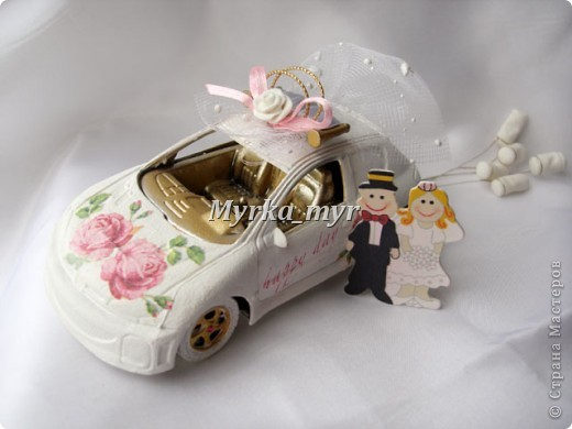 Идею машинки я подсмотрела на нашем сайте. Автор нашелся! Идея от Ловлю-улыбку http://stranamasterov.ru/node/332530  Машинка сделана  в технике декупаж, для свадебного торта. фото 1