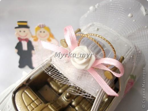 Идею машинки я подсмотрела на нашем сайте. Автор нашелся! Идея от Ловлю-улыбку http://stranamasterov.ru/node/332530  Машинка сделана  в технике декупаж, для свадебного торта. фото 6