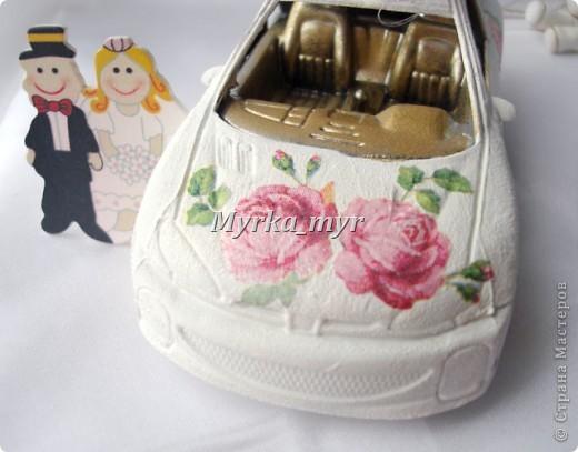 Идею машинки я подсмотрела на нашем сайте. Автор нашелся! Идея от Ловлю-улыбку http://stranamasterov.ru/node/332530  Машинка сделана  в технике декупаж, для свадебного торта. фото 4