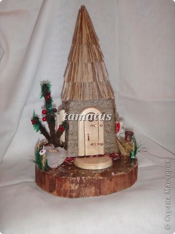 Домик из бутылки, обмотанной шпагатом. Крыша выложена соломой. Дверь, окна и порог сделаны мужем из дерева. Этот домик предназначается друзьям в подарок. фото 1