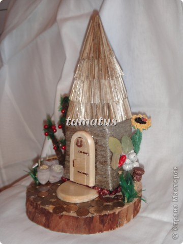Домик из бутылки, обмотанной шпагатом. Крыша выложена соломой. Дверь, окна и порог сделаны мужем из дерева. Этот домик предназначается друзьям в подарок. фото 3