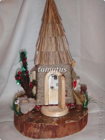 Домик из бутылки, обмотанной шпагатом. Крыша выложена соломой. Дверь, окна и порог сделаны мужем из дерева. Этот домик предназначается друзьям в подарок. фото 2