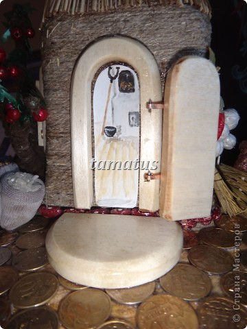 Домик из бутылки, обмотанной шпагатом. Крыша выложена соломой. Дверь, окна и порог сделаны мужем из дерева. Этот домик предназначается друзьям в подарок. фото 6