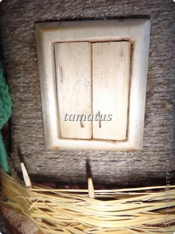 Домик из бутылки, обмотанной шпагатом. Крыша выложена соломой. Дверь, окна и порог сделаны мужем из дерева. Этот домик предназначается друзьям в подарок. фото 8