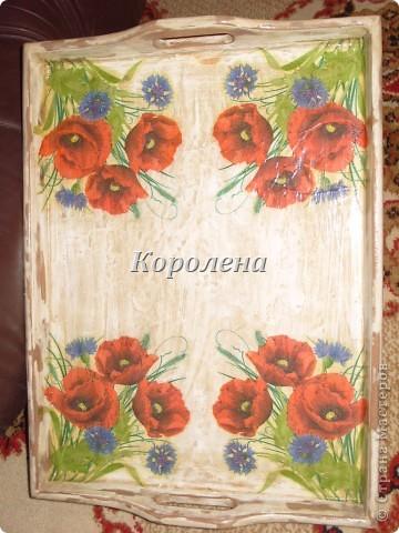Поднос деревянный, шпаклевка,цветной лак  использовала для декупажа салфетку.