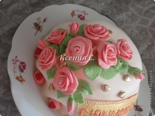 Вот и испекся мой первый тортик, покрытый мастикой! Очень понравилось с ней работать, есть огрехи с покрытием торта, но розочки вроде бы вышли симпотичные! Надеюсь имениннице понравится, а Вам? фото 2