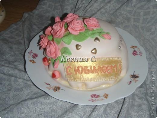 Вот и испекся мой первый тортик, покрытый мастикой! Очень понравилось с ней работать, есть огрехи с покрытием торта, но розочки вроде бы вышли симпотичные! Надеюсь имениннице понравится, а Вам? фото 1