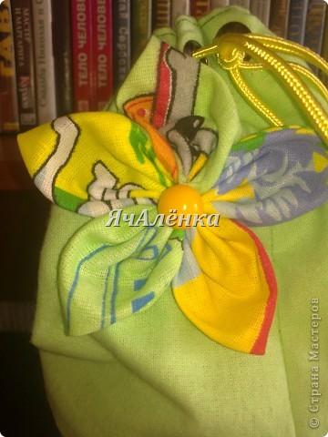 Вот такие баночки у меня народились!:) Зелененькая и розовенькая идут в подарок,для любимых племяшек.Желтенькая остается моим мальчикам,как хранительница мозаики,надеюсь и у неё вскоре появится пара!Тут есть МК http://www.liveinternet.ru/users/3913374/post220141103/  правда я немножко отступила,и вместо пластиковых бутылок использовала банки из под сахарной ваты!Итак,смотрим ниже:)) фото 9