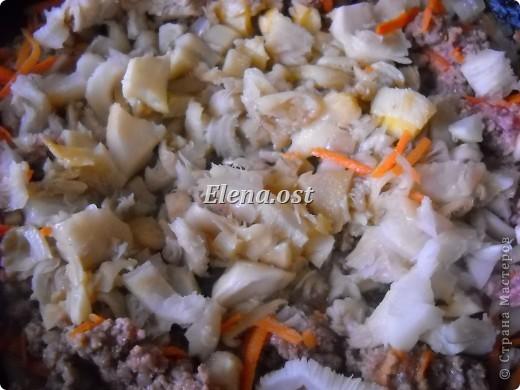 """Готовясь ко Дню рождения макарон http://stranamasterov.ru/node/374242?k=all&u=9321, я закупила различные виды этого прекрасного продукта. 11 сентября непременно готовим блюда из макарон.  Предлагаю приготовить вкусное и оригинальное блюдо: """"Фаршированные макароны"""". Для этого нам понадобятся: """"гигантская ракушка"""" - 200 г, фарш мясной - 200г,  лук - 1шт.  морковь - 1шт.  грибы - 100 г. солЬ, перец - по вкусу,  зелень петрушки, укропа. Для соуса:  сметана - 100 г,  твердый сыр - 100 г. фото 4"""