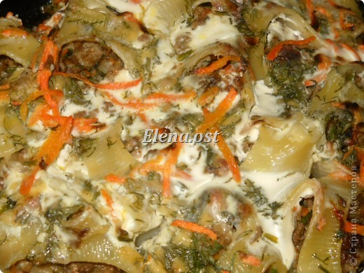 """Готовясь ко Дню рождения макарон http://stranamasterov.ru/node/374242?k=all&u=9321, я закупила различные виды этого прекрасного продукта. 11 сентября непременно готовим блюда из макарон.  Предлагаю приготовить вкусное и оригинальное блюдо: """"Фаршированные макароны"""". Для этого нам понадобятся: """"гигантская ракушка"""" - 200 г, фарш мясной - 200г,  лук - 1шт.  морковь - 1шт.  грибы - 100 г. солЬ, перец - по вкусу,  зелень петрушки, укропа. Для соуса:  сметана - 100 г,  твердый сыр - 100 г. фото 11"""