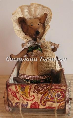 Мышка Фрося только что спустилась с чердака,но не с пустыми руками-прихватила с собой мешочек с гречневой крупой. фото 5