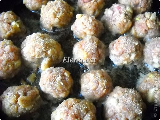"""Готовясь ко Дню рождения макарон http://stranamasterov.ru/node/374242?k=all&u=9321, я закупила различные виды этого прекрасного продукта. 11 сентября непременно готовим блюда из макарон.  Предлагаю приготовить вкусное и оригинальное блюдо: """"Фаршированные макароны"""". Для этого нам понадобятся: """"гигантская ракушка"""" - 200 г, фарш мясной - 200г,  лук - 1шт.  морковь - 1шт.  грибы - 100 г. солЬ, перец - по вкусу,  зелень петрушки, укропа. Для соуса:  сметана - 100 г,  твердый сыр - 100 г. фото 20"""
