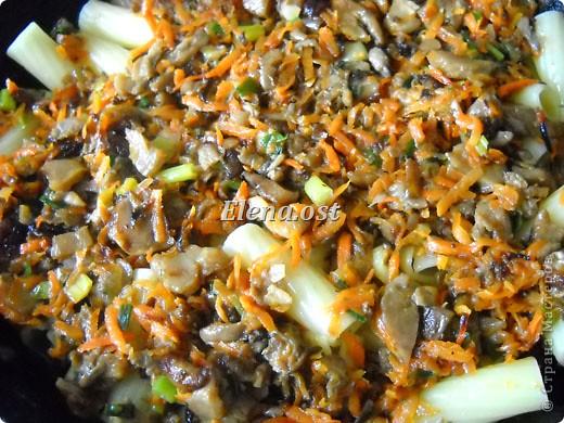 """Готовясь ко Дню рождения макарон http://stranamasterov.ru/node/374242?k=all&u=9321, я закупила различные виды этого прекрасного продукта. 11 сентября непременно готовим блюда из макарон.  Предлагаю приготовить вкусное и оригинальное блюдо: """"Фаршированные макароны"""". Для этого нам понадобятся: """"гигантская ракушка"""" - 200 г, фарш мясной - 200г,  лук - 1шт.  морковь - 1шт.  грибы - 100 г. солЬ, перец - по вкусу,  зелень петрушки, укропа. Для соуса:  сметана - 100 г,  твердый сыр - 100 г. фото 46"""