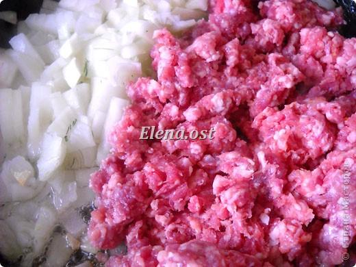 """Готовясь ко Дню рождения макарон http://stranamasterov.ru/node/374242?k=all&u=9321, я закупила различные виды этого прекрасного продукта. 11 сентября непременно готовим блюда из макарон.  Предлагаю приготовить вкусное и оригинальное блюдо: """"Фаршированные макароны"""". Для этого нам понадобятся: """"гигантская ракушка"""" - 200 г, фарш мясной - 200г,  лук - 1шт.  морковь - 1шт.  грибы - 100 г. солЬ, перец - по вкусу,  зелень петрушки, укропа. Для соуса:  сметана - 100 г,  твердый сыр - 100 г. фото 34"""