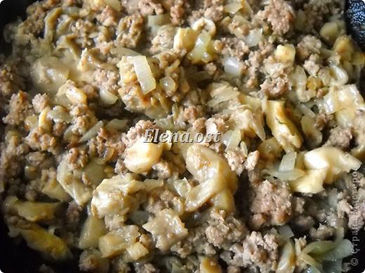 """Готовясь ко Дню рождения макарон http://stranamasterov.ru/node/374242?k=all&u=9321, я закупила различные виды этого прекрасного продукта. 11 сентября непременно готовим блюда из макарон.  Предлагаю приготовить вкусное и оригинальное блюдо: """"Фаршированные макароны"""". Для этого нам понадобятся: """"гигантская ракушка"""" - 200 г, фарш мясной - 200г,  лук - 1шт.  морковь - 1шт.  грибы - 100 г. солЬ, перец - по вкусу,  зелень петрушки, укропа. Для соуса:  сметана - 100 г,  твердый сыр - 100 г. фото 35"""