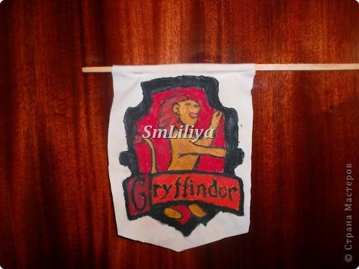 Появилась мысль шарфа в цветах Гриффиндора.  Но сообразила, что.
