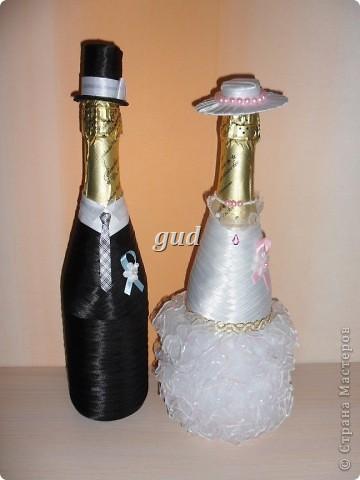 Вот такие свадебные бутылочки можно сделать тем, кто как и я не очень  дружит с шитьем. Все просто, Итак: фото 31