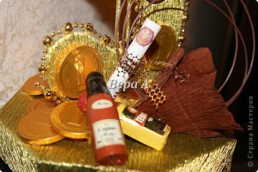 """Это общий вид. Коробочку конфет обтянута золотой гофрой-это послужило""""постаментом"""" значку доллара фото 3"""