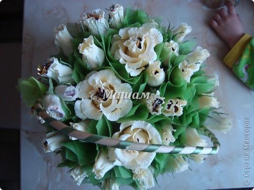 Букет из конфет.Мои любимые лилии. Гофрированная бумага, флористическая сетка. Акварель. Корзинка уехала в Кинешму. Лилии делала в первый раз, считаю что получилось удачно, правда недостатков куча. фото 6