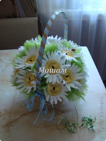 Букет из конфет.Мои любимые лилии. Гофрированная бумага, флористическая сетка. Акварель. Корзинка уехала в Кинешму. Лилии делала в первый раз, считаю что получилось удачно, правда недостатков куча. фото 3