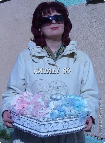 """Этот конфетный торт-шкатулка """"едет"""" на свадьбу в г. Иваново.  Путь не близкий, поэтому от сложной конструкции пришлось отказаться, а по причине летней жары конфетки только в цветах. И только Raffaello - они из конфет премиум класса самые жаростойкие :) фото 8"""