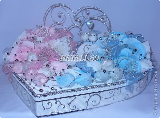 """Этот конфетный торт-шкатулка """"едет"""" на свадьбу в г. Иваново.  Путь не близкий, поэтому от сложной конструкции пришлось отказаться, а по причине летней жары конфетки только в цветах. И только Raffaello - они из конфет премиум класса самые жаростойкие :) фото 7"""