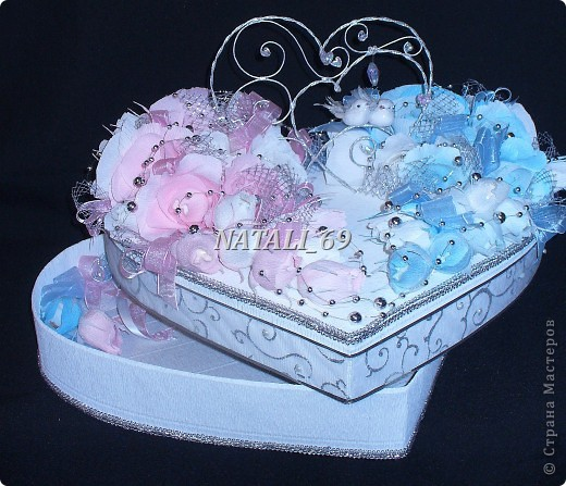 """Этот конфетный торт-шкатулка """"едет"""" на свадьбу в г. Иваново.  Путь не близкий, поэтому от сложной конструкции пришлось отказаться, а по причине летней жары конфетки только в цветах. И только Raffaello - они из конфет премиум класса самые жаростойкие :) фото 1"""